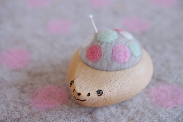 ハリネズミの羊毛ピンクッション【針山】ふわふわ水玉 はるいろの画像1枚目