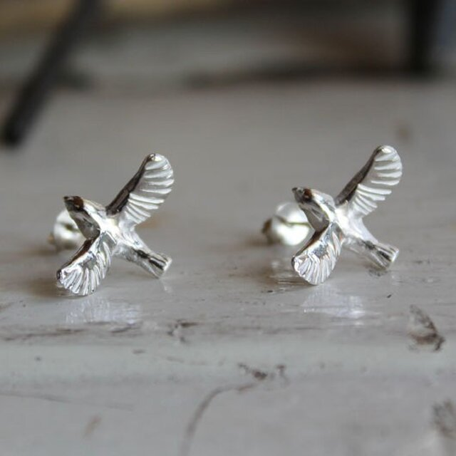 sv925 羽ばたく小鳥のピアスの画像1枚目