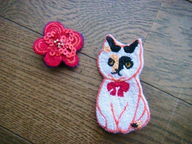 三毛猫華子とお花のブローチの画像1枚目