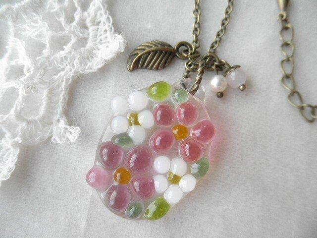 ガラスの小花たちとローズ・クオーツ、淡水パール・ネックレス*の画像1枚目