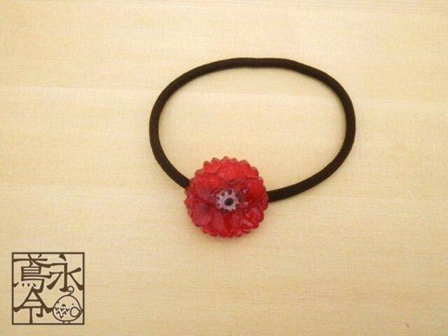 髪ゴム 赤色の12枚花びらの花の画像1枚目