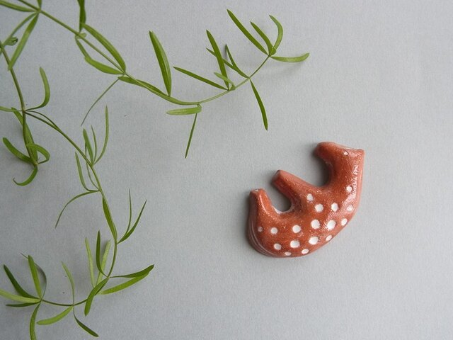 UMA 陶器ブローチ[ブラウン]の画像1枚目