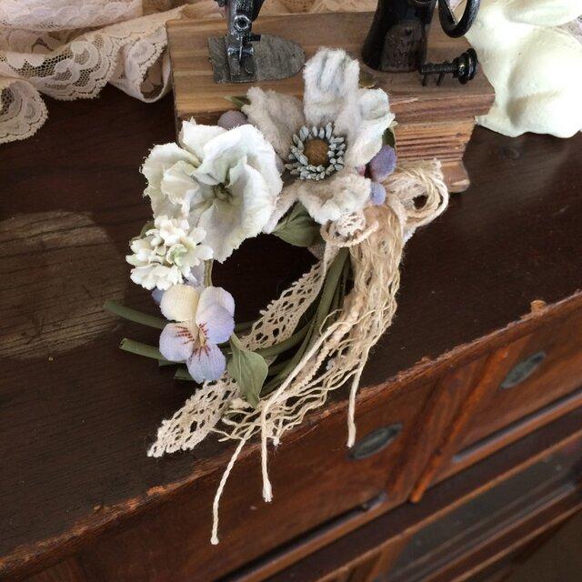 布花コサージュ ブルーグレーの野薔薇やパンジーすみれの画像1枚目
