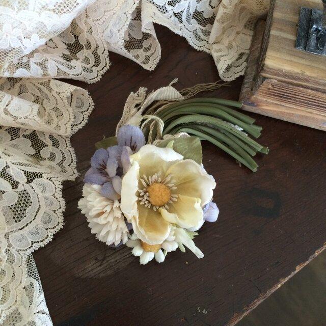 布花コサージュ クリームイエローの野ばらやデージーすみれの花束の画像1枚目