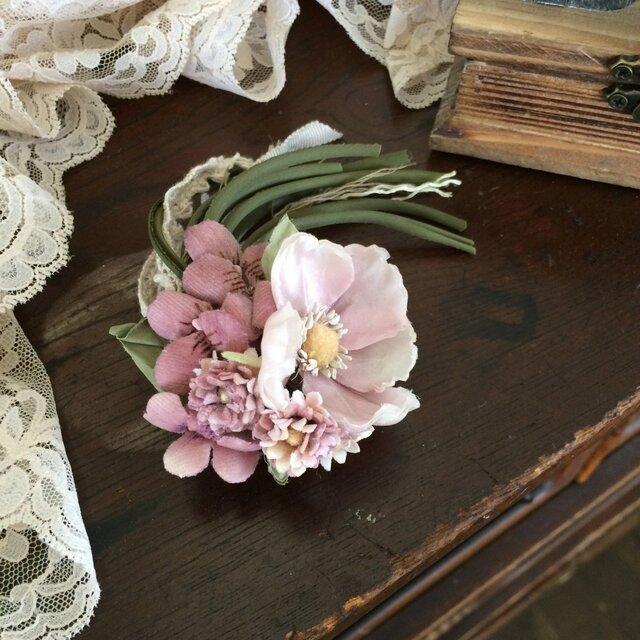 布花コサージュ 淡いピンクの野ばらやすみれの花束の画像1枚目