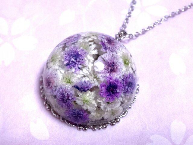 かすみ草のドーム型ネックレス・紫&白の画像1枚目