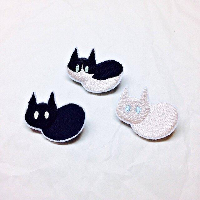 刺繍 ハチワレ・クロ・シロ 猫ブローチの画像1枚目