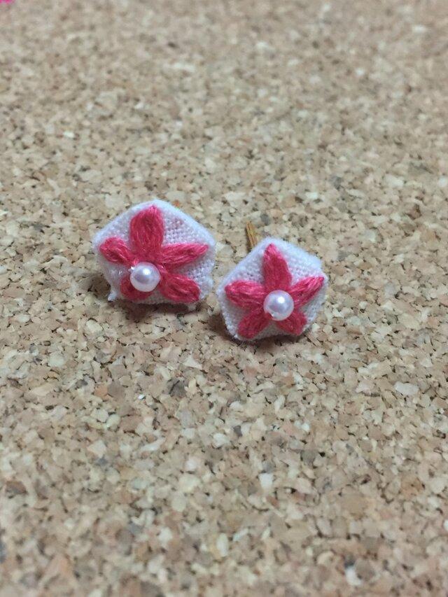 刺繍ピアス☆お花の画像1枚目