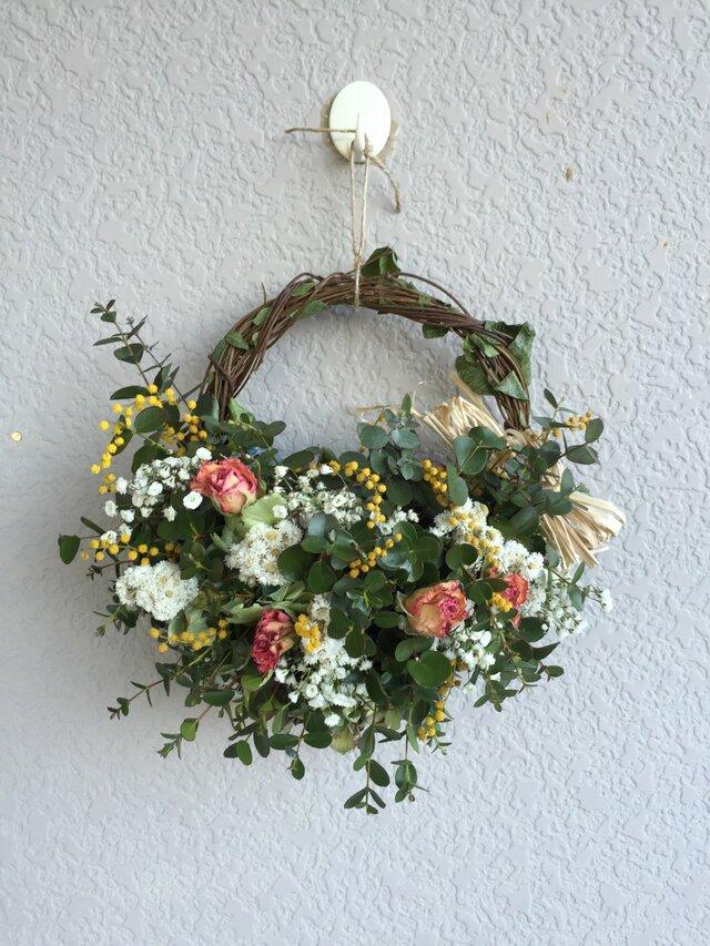 ユーカリと清楚な花の画像1枚目