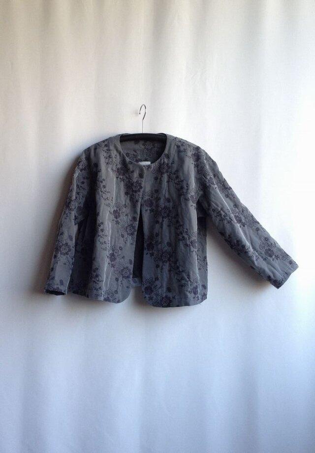 出番の多いショートジャケット・花の刺繍 グレー Ⅰ(刺繍の位置の違いで)の画像1枚目