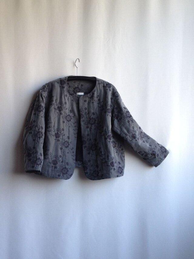 出番の多いショートジャケット・花の刺繍 グレー Ⅱ(刺繍の位置の違いで)の画像1枚目
