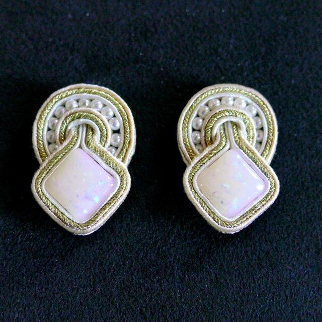 オパールっぽい手作りビーズのイヤリングの画像1枚目