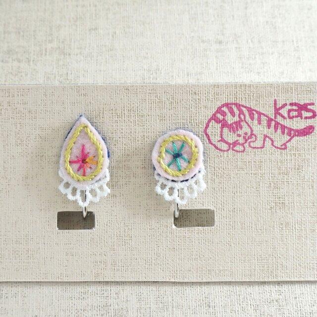 手刺繍イヤリング「春色しずくまる1」の画像1枚目