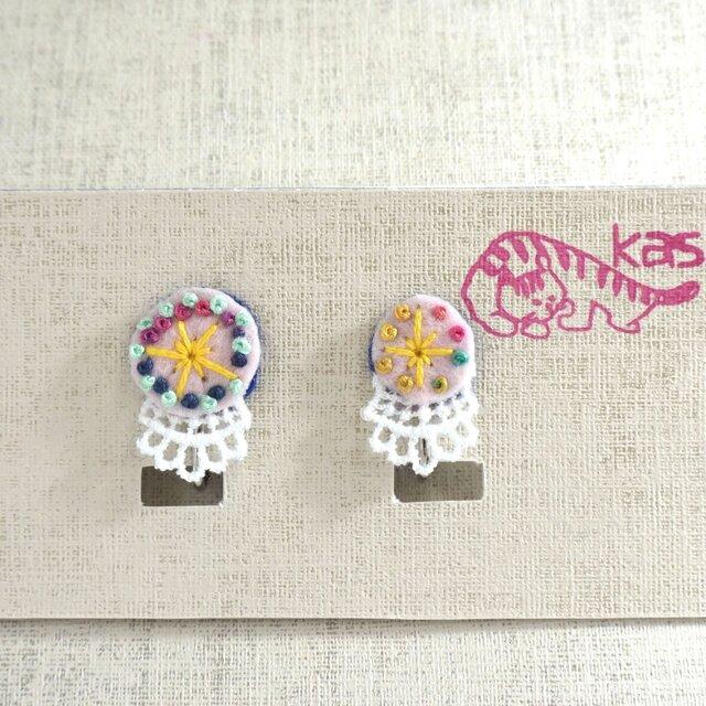 手刺繍イヤリング「春色まる大小」の画像1枚目