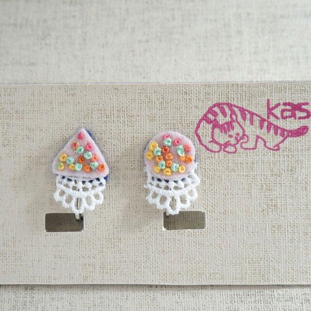 手刺繍イヤリング「春色まるさんかく」の画像1枚目