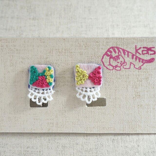 手刺繍イヤリング「春色しかく」の画像1枚目