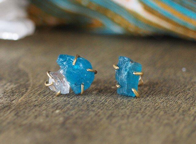 原石のアパタイトとダイヤモンドクォーツのピアスの画像1枚目