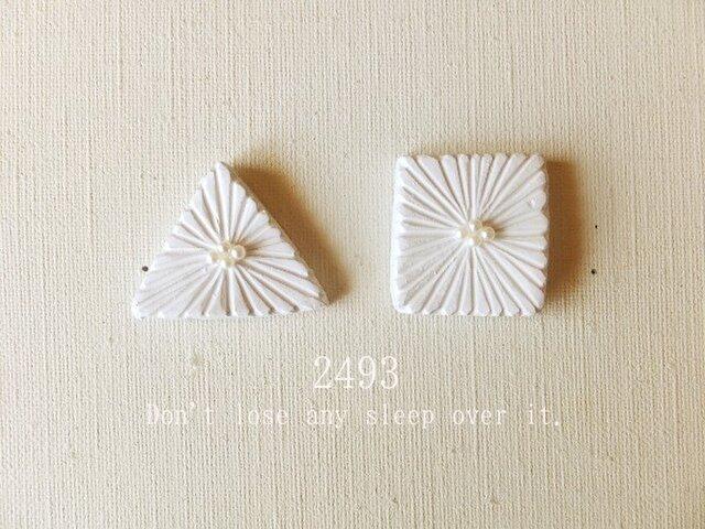 真っ白な三角と四角のお花のブローチの画像1枚目