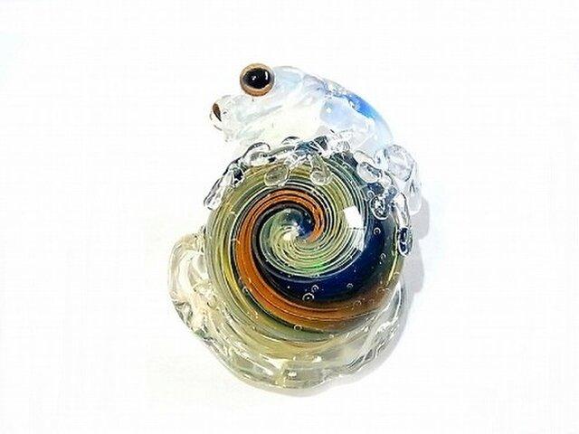 カタツムリ 【 kengtaro / ケンタロー 】 カタツムリにつかまるカエル ボロシリケイトガラスの画像1枚目
