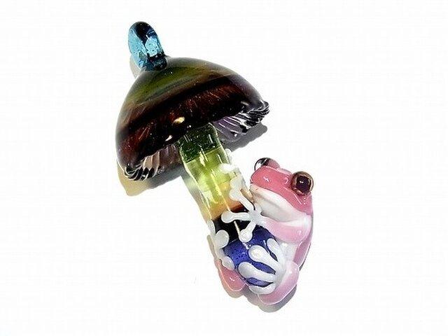 Frog on a Mushroom ペンダント トップ 【 ケンタロー 】 キノコにつかまるカエル ボロシリケイトガラスの画像1枚目