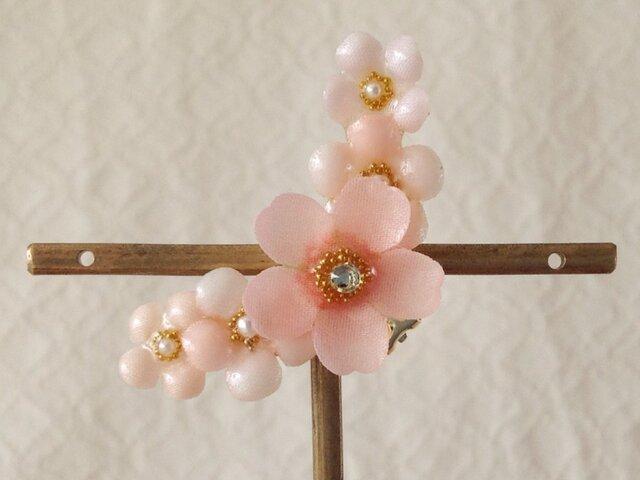 染め花を樹脂加工した桜と小花の三日月型片耳イヤーカフ(ピンク)の画像1枚目