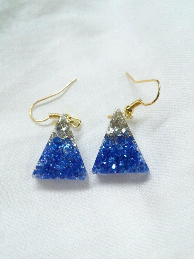 ガラスの粒のような青と銀のピアス(イヤリング)の画像1枚目