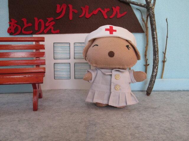 犬の看護婦さん(うす茶)フェルト ぬいぐるみ(マスコット)の画像1枚目