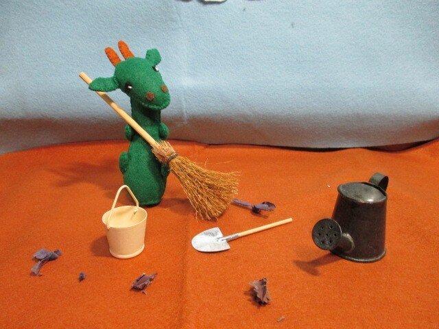 大掃除するチビドラゴン君の画像1枚目