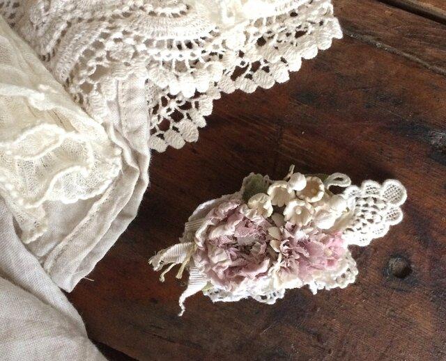 布花コサージュ レースの蝶と淡いアンティークピンクのお花達の画像1枚目