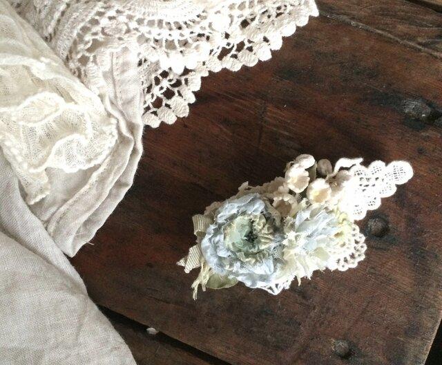 布花コサージュ レースの蝶と淡いブルーグレーのお花達の画像1枚目