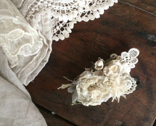 布花コサージュ レースの蝶とオフホワイトのお花達の画像1枚目
