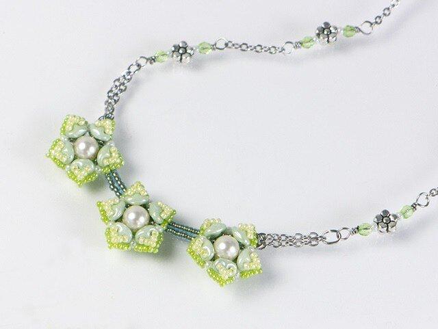 星型の花モチーフネックレス・グリーンの画像1枚目