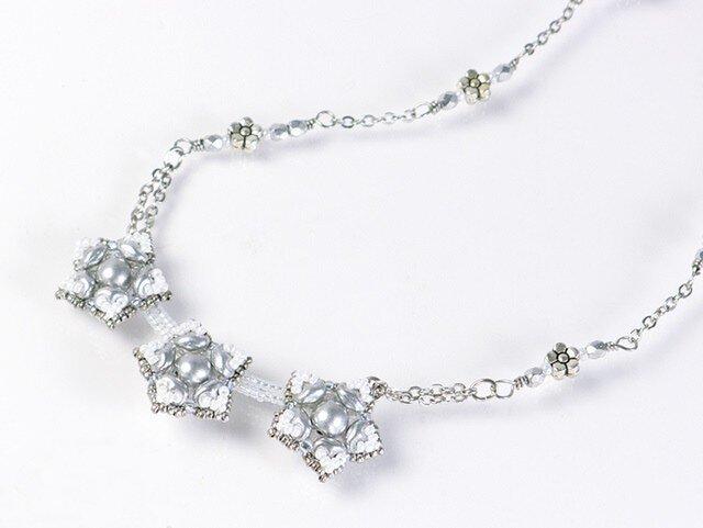 星型の花モチーフネックレス・ホワイトの画像1枚目