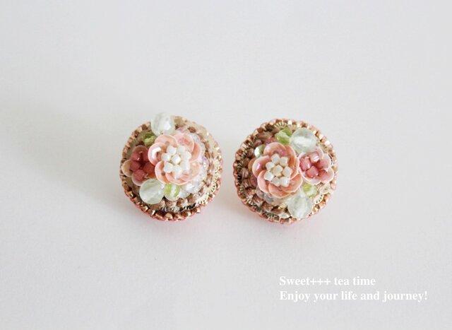 桜の園★フランス製スパンコールと天然石の刺繍ピアスの画像1枚目