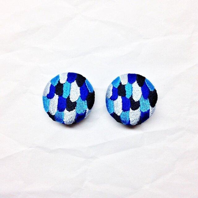 刺繍ボタンイヤリング 「うろこパッチボタン」 ペア販売の画像1枚目