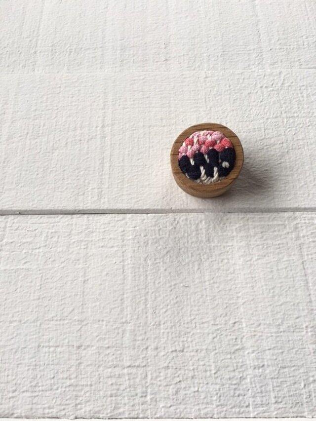 木と裂き織りのブローチ 丸04の画像1枚目