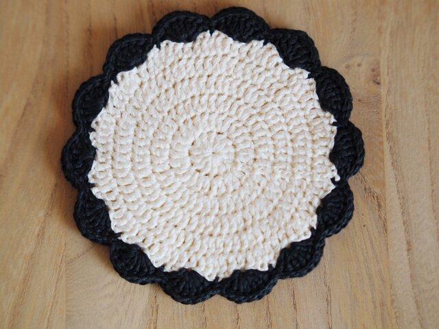 リボン糸の花型コースター*生成り×黒の画像1枚目