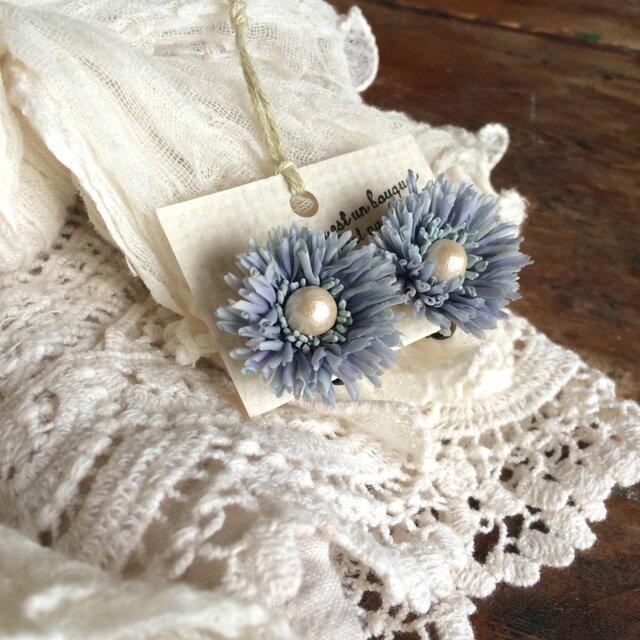 布花イヤリング コットンパールの淡い青紫デージーの画像1枚目