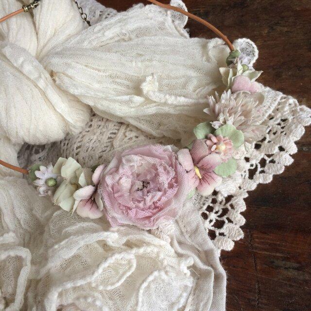 布花ネックレス 淡いアンティークピンクのお花畑の画像1枚目