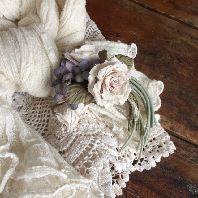 布花コサージュ 淡いパウダーピンクのミニ薔薇とすみれの画像1枚目