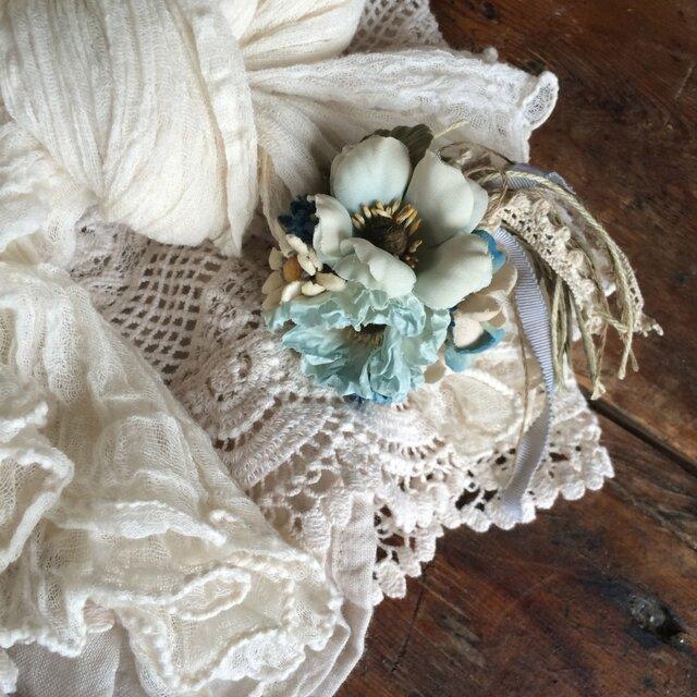 布花コサージュ 淡いアンティークブルーの花束の画像1枚目