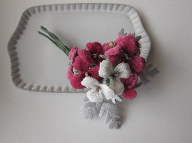 ピンクのすみれと白妙菊のコサージュの画像1枚目