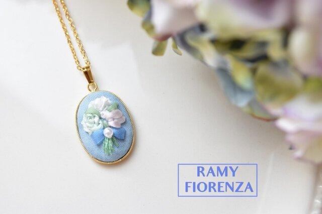 ふっくら水色の花束のロングネックレスの画像1枚目