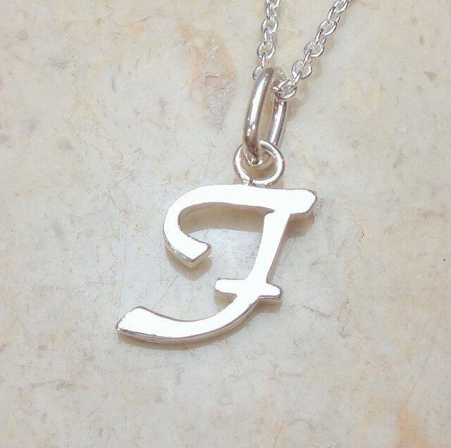 """イニシャル""""F"""" 筆記体アルファベットペンダント P084の画像1枚目"""
