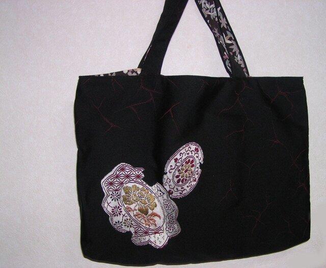 絹の きものリメイクバッグ壱)黒地と小花柄のリバーシブルの画像1枚目