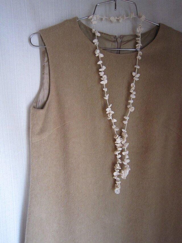 オフホワイト丸い葉のかぎ針編みネックレスの画像1枚目