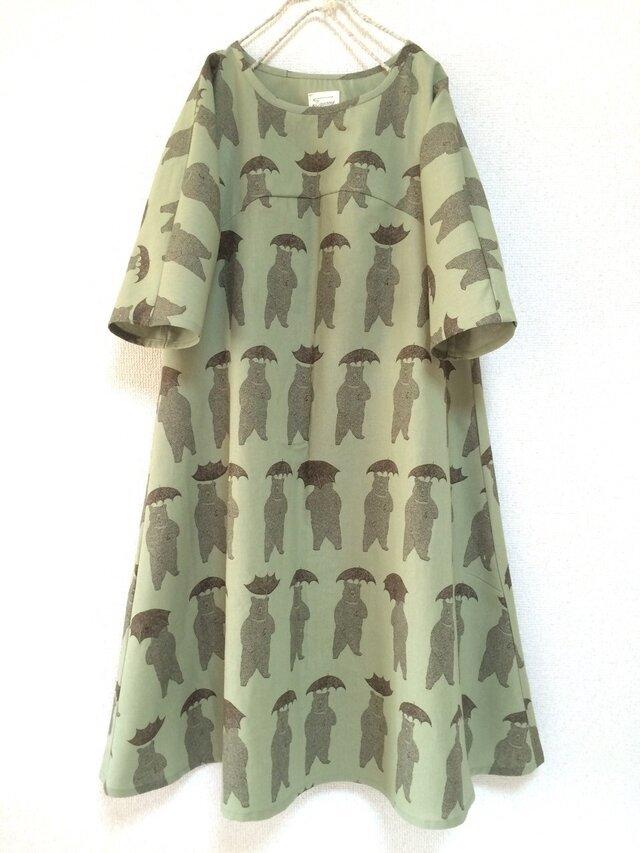 くまと傘のフレアワンピース:五分袖:カーキの画像1枚目
