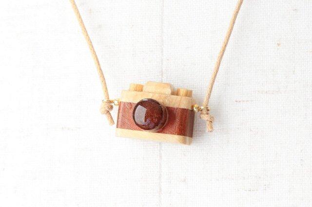 木製カメラのペンダントの画像1枚目