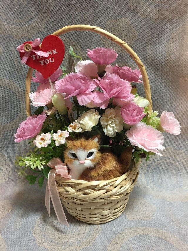 カーネーションと茶トラ猫ちゃんのバスケットアレンジ L ピンクの画像1枚目