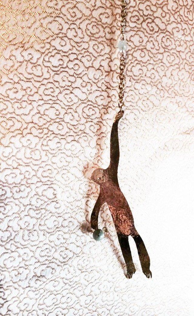真鍮鍛金◇テナガ猿◇翡翠・水晶・アクアマリンチャームの画像1枚目